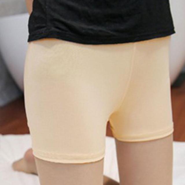 Трусики-шортики под юбкой