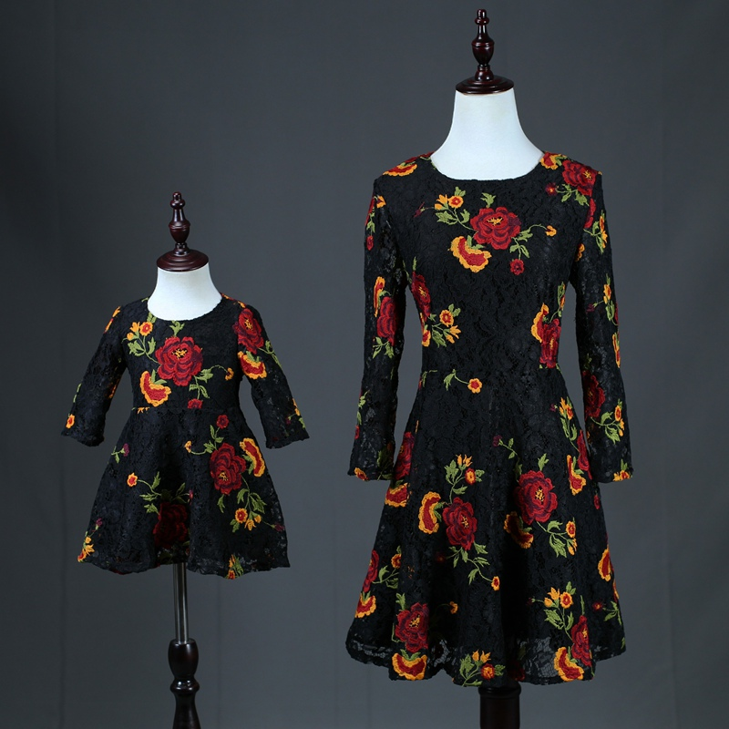 c8b1118acb289 Marque maman enfants fille rose broderie dentelle fête d anniversaire robe  famille look vêtements robe mère et fille noir fleur robes dans Famille Des  ...