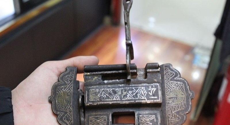 Old Tibet Tibetan Buddhism bronze Silver Wancient Wisdom firm Locks Keys Statue