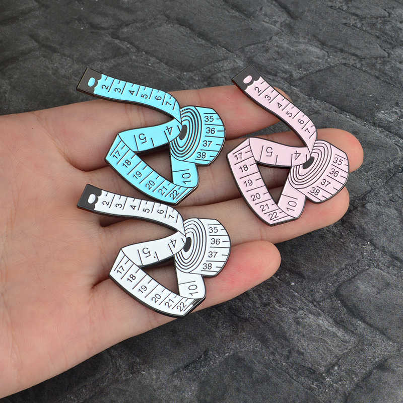 測定テープエナメルピン 3 色かわいいミシンツール漫画巻尺ブローチファッションデザイナー子アクセサリー