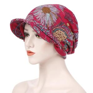 Image 2 - Moda müslüman kadınlar baskı pamuk şapka kasketleri başörtüsü saç dökülmesi kemo başörtüsü sarar Visor kalın kap bere türban şapkalar