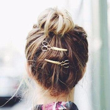 Barette en forme de ciseaux Pince à cheveux et décoration Bella Risse https://bellarissecoiffure.ch/produit/barette-en-forme-de-ciseaux/