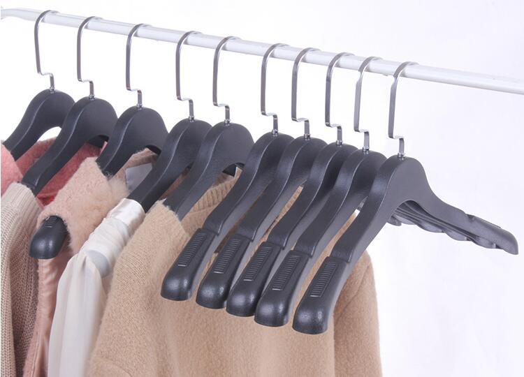 10 st / Lot Non Slip Svart Vit Plastkläder Hängare med Inslagad - Hemlagring och organisation