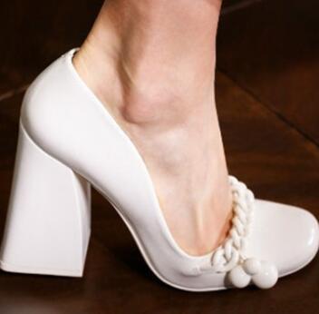 Carpaton/белые туфли на высоком каблуке для подиума; женские туфли лодочки на толстом каблуке с круглым носком; элегантные офисные женские модельные туфли; обувь с украшением в виде цепочки на ногу - 4