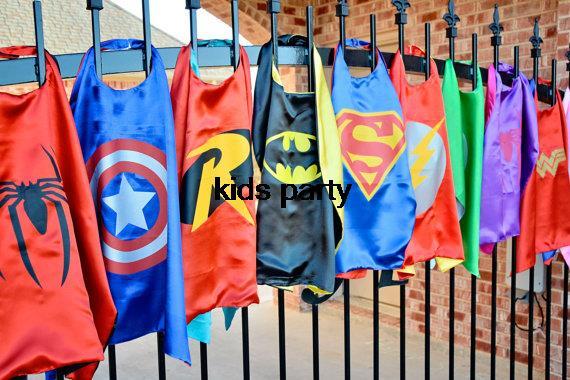 スーパーヒーローのマント-500 個スーパーマン、バットマン、スパイダーマン、エルザ、フラッシュ、スーパーガール、バットガール、ロビン、子供ケープ、子供衣装バルク