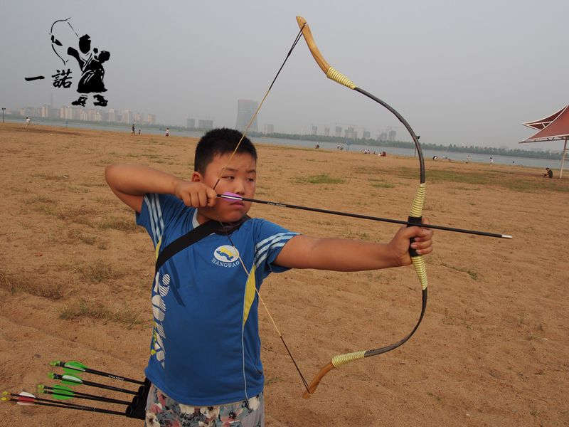 Children's visit to the ancient Chinese traditional bow.bow of the Ming dynasty children with bows and arrows