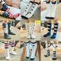 2016 invierno niños encantadores niñas rayas de algodón calcetines de la escuela de alta rodilla stock conejito búho star animal de la historieta calcetines calientes al por mayor