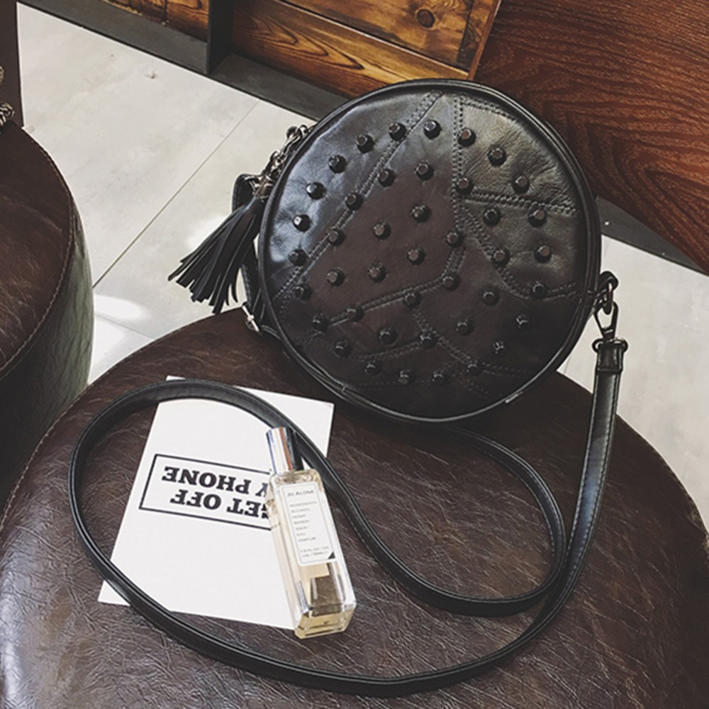 De piel de oveja de bolsas de mensajero de las mujeres marcas remache lindo redondo Mini hombro bolsa 2019 bolso con bandolera negro borla de cuero de las señoras, bolsos