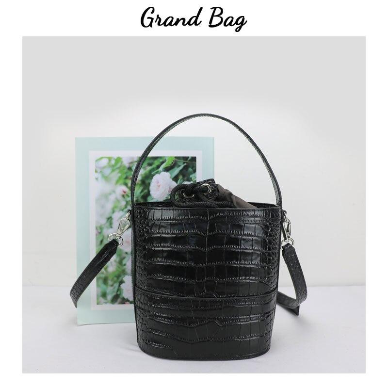Bagaj ve Çantalar'ten Omuz Çantaları'de Yeni tasarım kabartmalı timsah deri kova çanta kız crossbody çanta deri kadın omuz el çantası varil şekli'da  Grup 1
