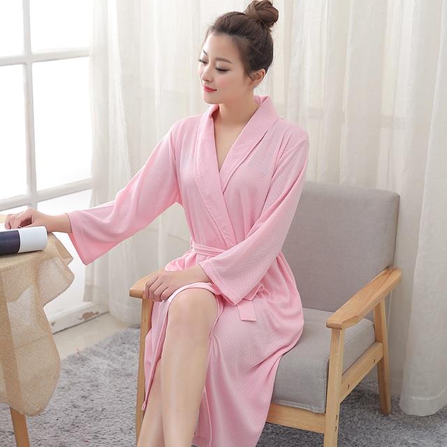 Сексуальная женщина в банном халате