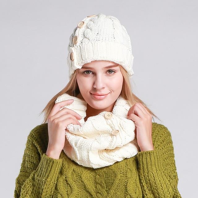 Bonnet Femmes Chapeau D hiver Designer Écharpe Avec Bouton Solide Épaissir  Chaud Tricoté 35c11028297