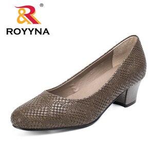 Image 1 - ROYYNA 2017 สไตล์ยอดนิยมผู้หญิงปั๊มส้นสูงผู้หญิงรองเท้า Serpentine วัสดุด้านบนผู้หญิงรองเท้าตื้นรองเท้าผู้หญิง