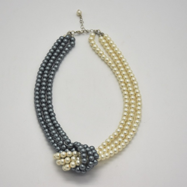 Women's fashion necklaces, three grey pearls and three white pearls are the best gifts for New Year