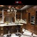 Escuro cor do armário de cozinha em madeira maciça com pintura ouro