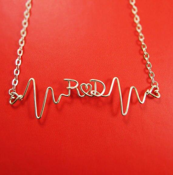 PINJEAS Herzschlag Halskette mit Initialen Benutzerdefinierte Name ...