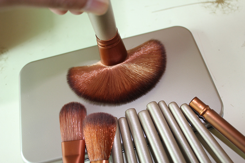 new Professional 12Pcs Makeup Brushes Set Foundation Powder Brushes/The handle is very smooth/ hair is very soft iron box
