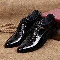 Derby sapatos mens sapatos de couro de patente preto/brancos enxadas tamanho grande 38-44 sólidos respirável mens dedo apontado vestido sapatos lace-up sapato