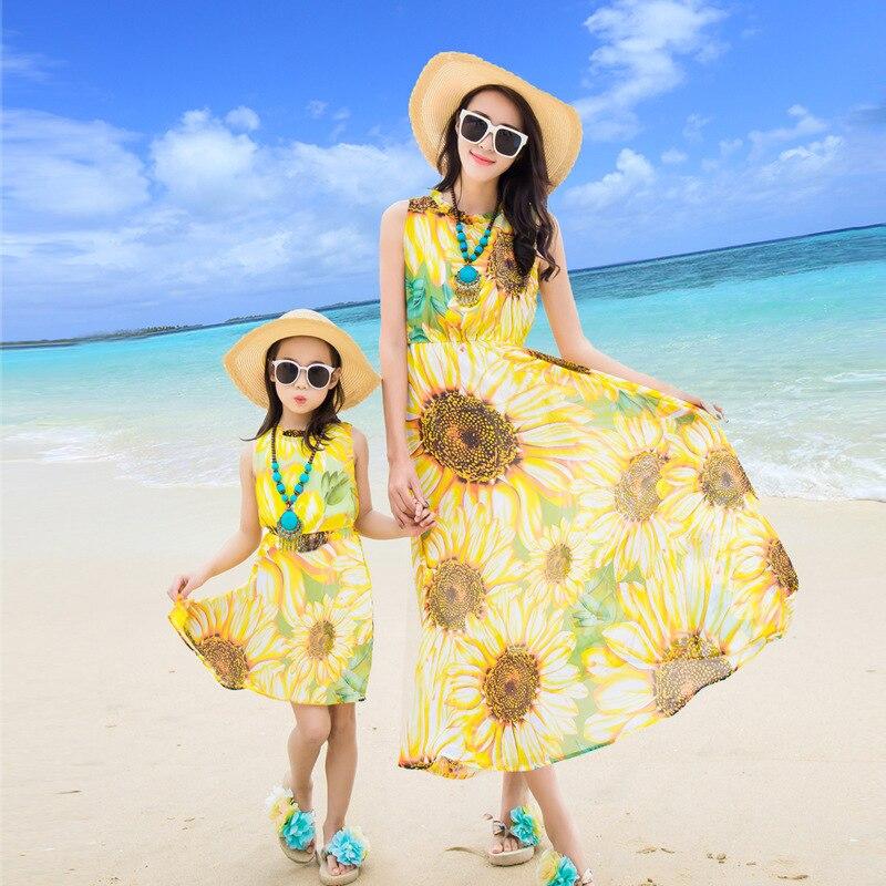 Праздник пляжные летние платья для мамы и дочери Семейные комплекты желтые цветы ребенок и мама moeder en dochter kleding