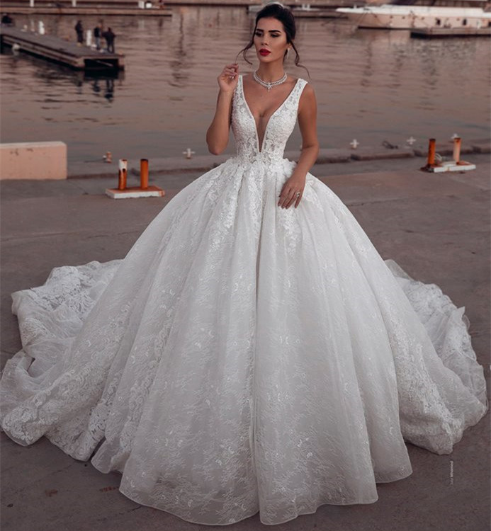 Glamorous Sleeveless V-Neck Ball Gown Wedding Dresses Sleeveless Lace Bridal Gowns Bead Informal Party Gowns