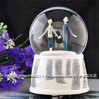 Taiwan Jimi authentic hand in hand crystal ball spinning self spraying music box gifts Christmas gift ceramics process