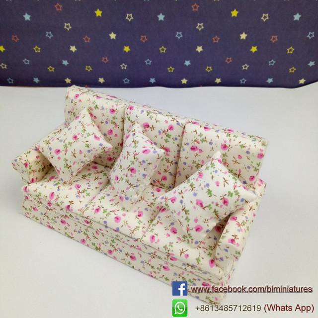 1/12 Escala Casa de Boneca Mini-Três assento do Sofá Floral Modelo Móveis casa de Bonecas De Madeira Em Miniatura Casa De Bonecas Kits Home & Living