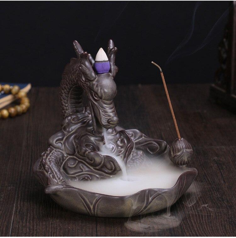 Con conos de incienso de cerámica oro dragón quemador de incienso humo de fondo como el agua que fluye por el arte incienso cono horno