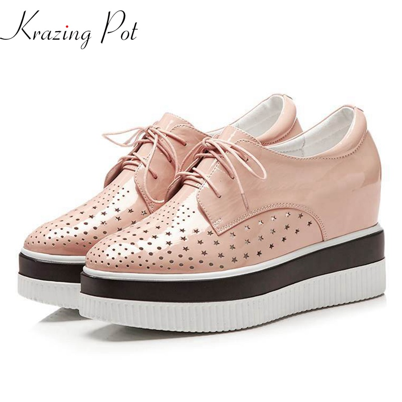 купить Krazing Pot cow leather platform hollow sneakers for women round toe lace up leisure oxford shoes wedges vulcanized shoes L26 по цене 3849.34 рублей