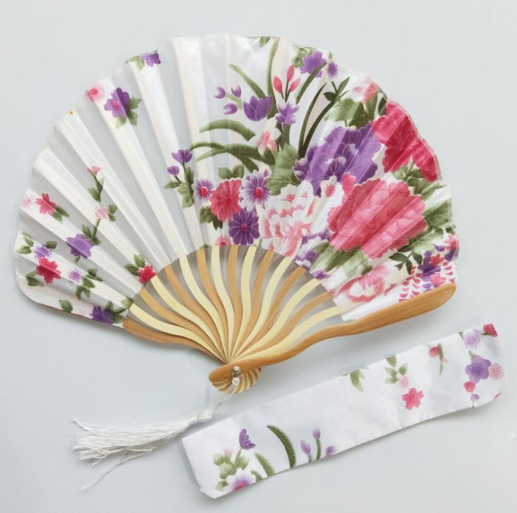 Freies Verschiffen 100 stücke Personalisierte Kirschblüte Design Runde Tuch Falten Hand Fan mit Geschenk tasche Hochzeit Geschenke für Gäste-in Dekorative Lüfter aus Heim und Garten bei  Gruppe 3