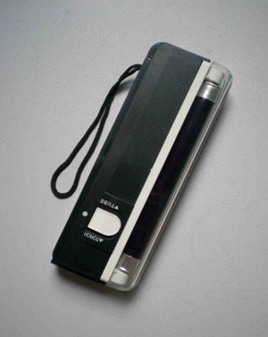 Hand Held Portable 6 Inch UV Blacklight With Built In Flashlight Requires 4 AA Batteries (not Included) Lanterna