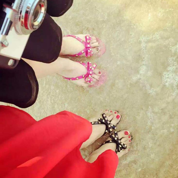 Новинка 2017 года летняя прозрачная обувь без каблука бант с заклепками Вьетнамки Новый стиль модная пляжная обувь нескользящие шлепанцы