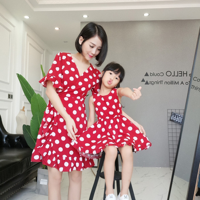 2018 New mother and daughter V neck Dot Print Short Sleeve dresses in matching outfits mommy and me summer dress family Clothing