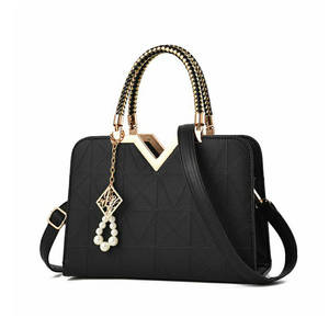 حقيبة امرأة الشهيرة الفاخرة الماركات اللؤلؤ حلي معدنية تصميم الأزياء الإناث حقائب كتف عارضة منقوشة نمط الاتجاه السيدات Tot