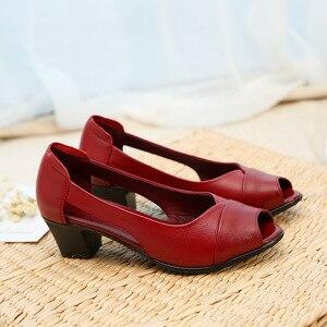 Image 3 - ฤดูร้อนของแท้หนังสบายสุภาพสตรีกลางส้นรองเท้าสตรีHollow Peep Toeส้นรองเท้าแตะผู้หญิงสีดำM843