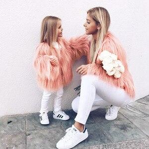 Image 2 - Одежда для мамы и дочки, одинаковая семейная одежда из искусственного меха, теплая одежда для мамы и ребенка, Осень зима 2018, плотное пальто, куртка