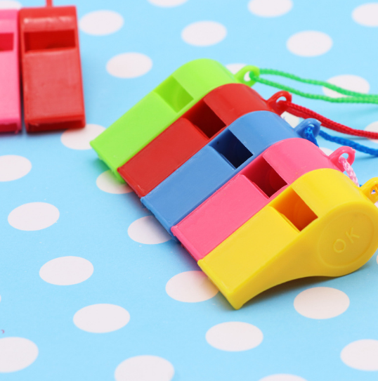 10 stks/partij Nieuwe Scheidsrechter Plastic Diverse Kleurrijke Fluitjes String Speciaal voor Sport