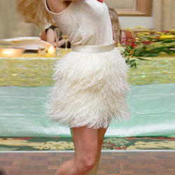 Очень полная юбка из перьев с высокой талией Короткая юбка из перьев страуса Бежевая длинная стильная юбка с перьями цвета слоновой кости н...