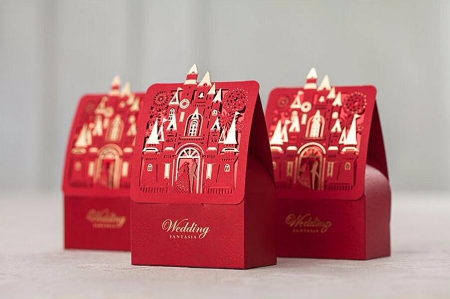 ブロンズ印刷赤い愛城結婚式/結婚パーティーの好意キャンディボックス、レーザーカット新郎&花嫁土産糖衣錠包装、100ピース  グループ上の ホーム&ガーデン からの ギフトバッグ & ラッピング用品 の中 1