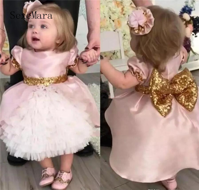 Cute Pink Bow Wedding Flower Girls Dresses Toddler Baby First Communication Dresses With Gold Sequins Tiered Party Birthday GownCute Pink Bow Wedding Flower Girls Dresses Toddler Baby First Communication Dresses With Gold Sequins Tiered Party Birthday Gown