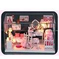 Niños bricolaje casa de muñecas en miniatura muebles de cristal Princesa accesorios para el Cuarto de niños de la muchacha Muñecas de madera cajas de polvo con luces LED