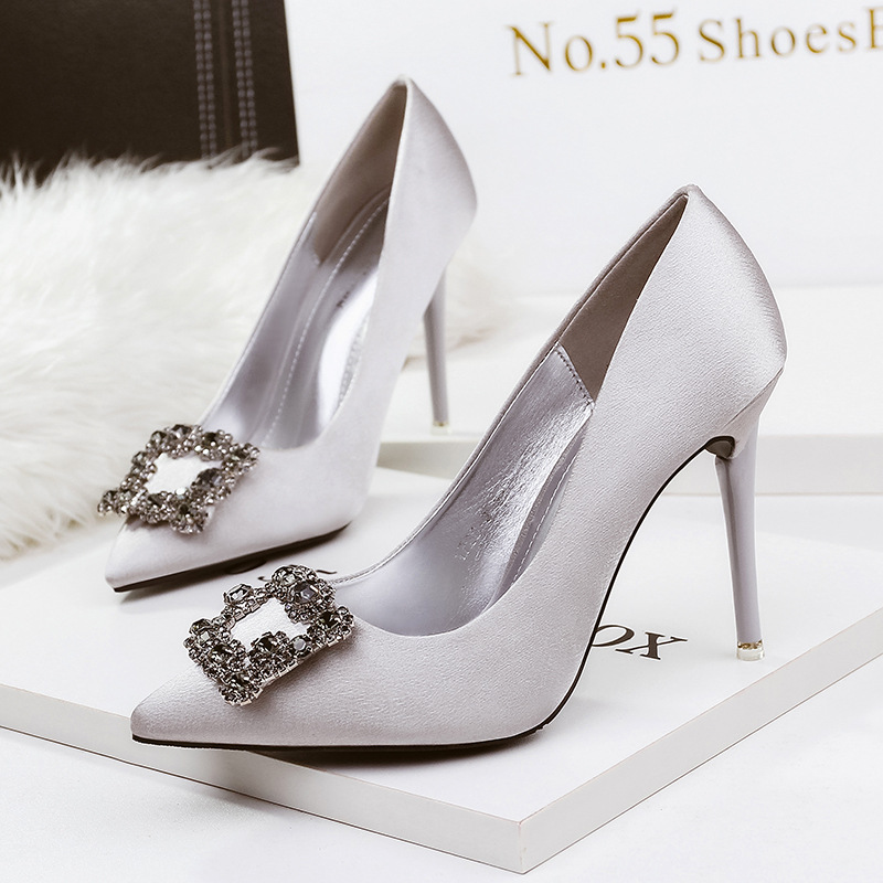 Slip on fashion diamond 2018 fashion sexy ladies shoes Wedding party European women shoes luxury classic solid women pumps 2017the mostfashion trends european and american brands genuine flowers ladies luxury short shoes club sexy women s shoes