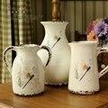 Europeu pastoral padrão. Do artesanato. Vaso de cerâmica. Única alça de crack órgão floral