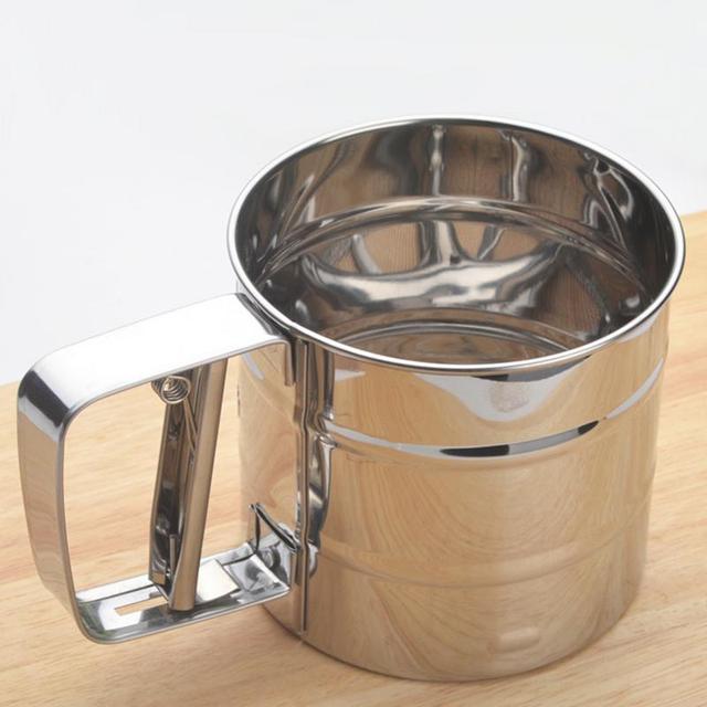 1 pz Palmare Farina Shaker In Acciaio Inossidabile Setaccio Con Maglie Tazza Resistente All'acqua di Zucchero a velo Cuocere Strumento Da Cucina Attrezzature e Accessori da forno Buratti