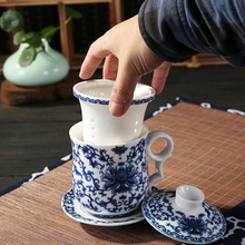 Blauen und weißen keramik-tasse mit deckel büro enthält eine familie von vier einzelne glas filtertasse geschenke Tassen treffen