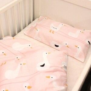 Image 4 - 2pca um conjunto de cama do bebê conjunto berço recém nascido conjunto capa edredão + fronha pato rosa design para o bebê meninas