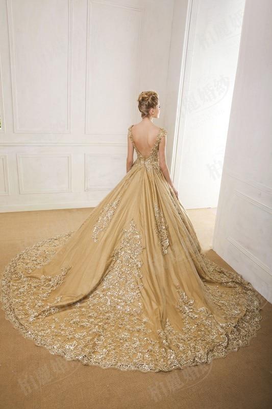 Luxury Emas Ball Gown Lace Applique Wedding Dress 2017 Nyata Sparkly  Berpayet Buka Kembali Pernikahan Gaun Boat Neck Cap Lengan W14 di Wedding  Dresses dari ... 0168ca1487ea