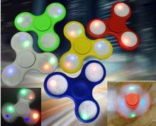 เรืองแสงในที่มืดส่องสว่างTri-s Pinnerอยู่ไม่สุขปั่นของเล่นEDCมือปั่นพลาสติกABSปริศนาสำหรับสมาธิสั้นAustim Antistressของเล่น