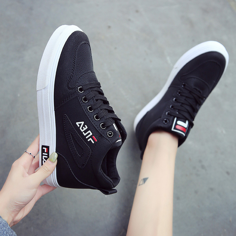 Outdoor Sneakers Women Casual flat Walking Shoes New Fashion Lightweight comfortable Black and white skateboarding
