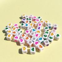 Toptan 3000 Adet/grup ile 6*6 MM Beyaz Renkli Kalp Baskılı Akrilik Küp Boncuk Plastik Kare DIY Takı Bulguları kalpler Boncuk