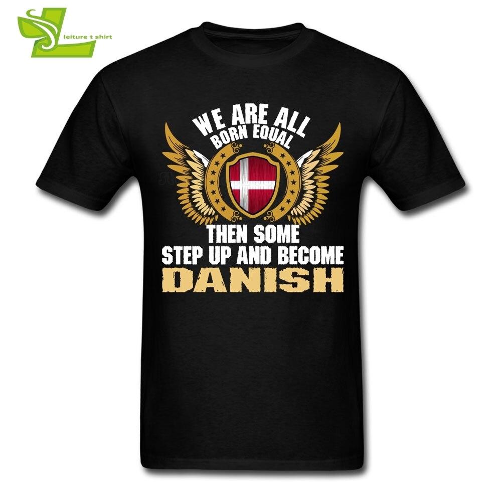 우리는 모두 평등하게 태어났다. 일부 단계가 일어나고 덴마크어 티셔츠가됩니다. 남성 방패 깃발 tshirt 인쇄 된 티셔츠 남성 의류 덴마크
