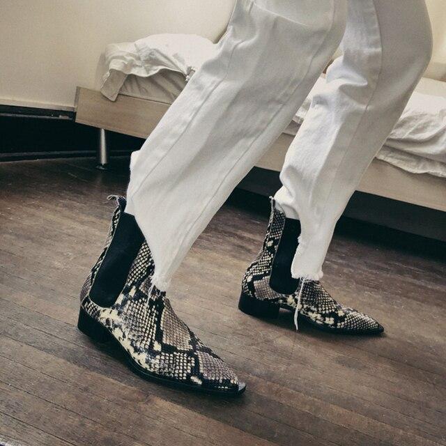 2018 Yeni Yılan deri inek deri kısa çizmeler sivri burun pist tarzı yarım çizmeler kadınlar için düşük topuk şövalye boot